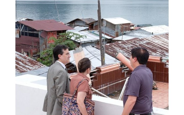 Mayor Alfred Romualdez explains the extent of the storm surge caused by Typhoon Yolanda
