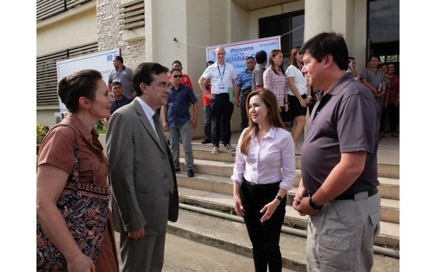Welcome by Tacloban Mayor Alfred Romualdez and his wife at the city hall
