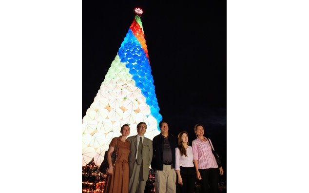 On the occasion of the visit of the Ambassador to Tacloban, the local authorities and the people of Tacloban expressed their solidarity with France following the Paris attacks during the lighting ceremony of the city's Christmas tree lit in the colors of the French flag